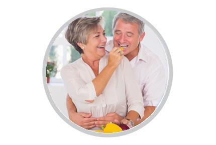 Starší žena a muž jí zdravě